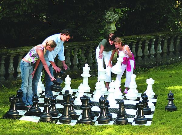 Scacchi giganti di rolly toys gli scacchi che arredano for Ajedrez gigante para jardin